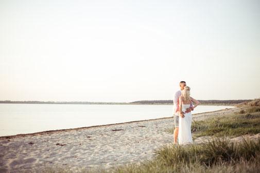 hochzeitsfoto-romantisch-am-strand-heiraten an der Ostsee