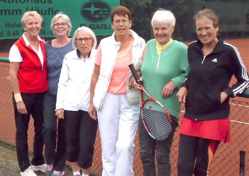 Freuen sich über ihren Aufstieg - die Damen 60