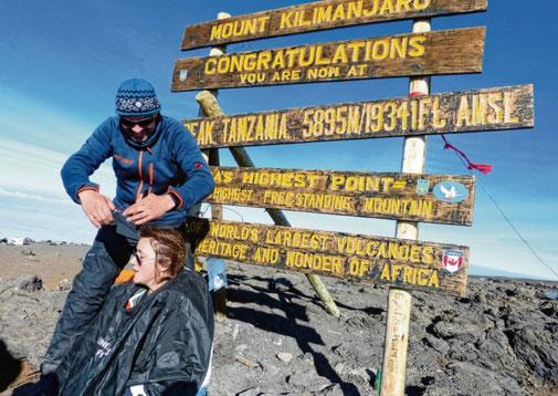 Besonderer Moment im Foto festgehalten: Auf dem Berg Kibi schneidet Arne Bartels seiner Patentochter Viktoria die Spitzen. Privat(2)