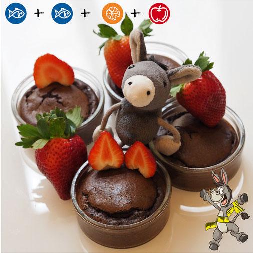 Low-Carb-Schokokuchen im Glas mit Erdbeeren nach der Esel-Formel