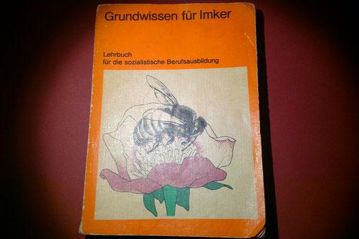 Dieses Buch ist mir besonders ans Herz gewachsen: Schon zu DDR-Zeiten habe ich es von meinem Cousin erhalten, der im Osten imkerte, während ich im Westen (damals noch im Saarland) meine Hobby-Imkerei betrieb.