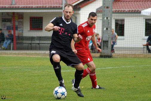 "Immernoch flink am Ball. Auch im ""gehobenen"" Alter lässt Krüger seine Gegenspieler noch alt aussehen. Foto: Kenny Fuhrmann"