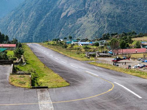 Tenzing-Hillary-Airport in Lukla - ein Flugzeug fliegt zur Landung ein