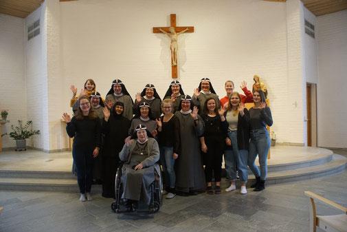 Gruppenfoto mit Schwestern, Ehemaligen und Mitpraktikantinnen
