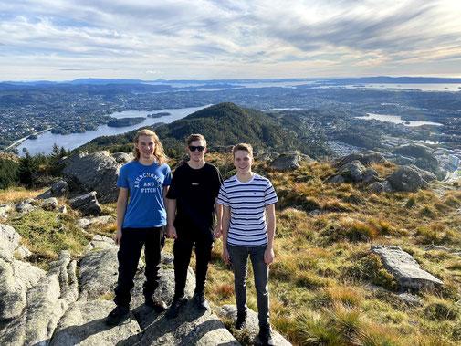Jonas, Tim und Paul (v.l.) auf dem Løvstakken, Pauls Lieblingsberg in Norwegen (Foto: Lasse Haack)