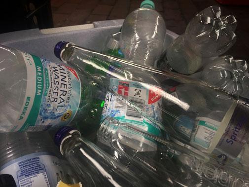Trink Leitungswasser, vermeidet Getränke in Plastikflaschen und Tetrapaks