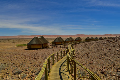 Der lange Holzsteg zu den Hütten der Sossus Dune Lodge