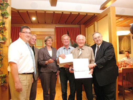 Ernst Gasse (zweiter von rechts) und Hartmut Schneider (dritter von rechts) sind 40 Jahre in der CDU. Es gratulierten Staatssekretär Mark Weinmeister, Gemeindeverbandsvorsitzender Kurt Kramer, Claudia Ravensburg MdL (von links) und Bernd Siebert MdB