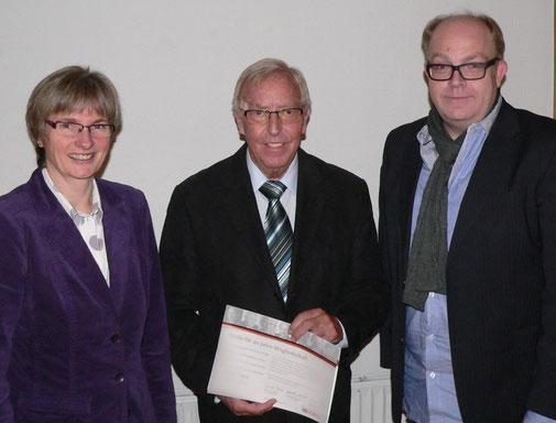 Seit 40 Jahren gehört Robert Amend (mitte) der CDU an. Ehrenurkunde und Ehrennadel sowie einen Präsentkorb überreichten Landtagsabgeordnete Claudia Ravensburg und Stephan Noll vom Gemeindeverband.