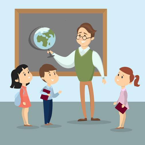Lehrer mit Brille steht vor einer Tafel, hält einen Globus in der Hand. Vor ihm stehen drei Schulkinder, alle lächeln.