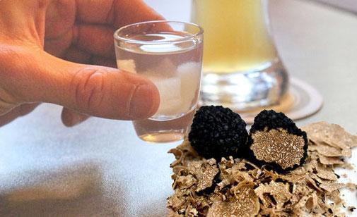 Trüffelschnaps kann man leicht selbst herstellen, denn die Trüffelinhaltsstoffe sind in Alkohol löslich