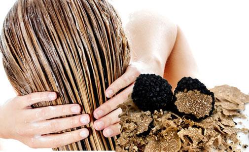 Trüffelhaarkur selber machen - Das Kokosöl dringt tief in die Haarstruktur ein und nimmt dabei auch die Pflegestoffe von der Trüffel mit.