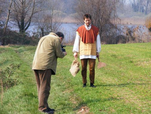 Il regista Mauro Vittorio Quattrina mentre riprende Fabio Bonfà nella parte di Bartolomeo  Broglia il contadino protagonista del Miracolo Del Frassino