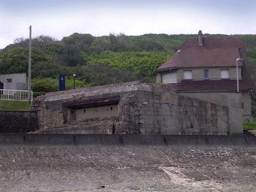 Der 8,8-Bunker ist noch erhalten - mit seiner seitlichen Ausrichtung konnte der den ganze Strand bestreichen und die Zufahrt zum Dünenabschnitt beherrschen.