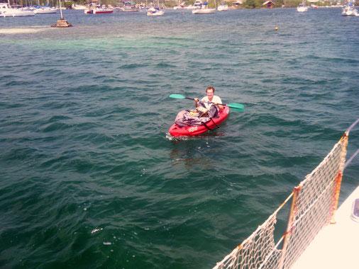 Ein Bootsnachbar sah unser kaputtes Dingi und brachte uns hilfsweise ein aufblasbares Gummiboot,.