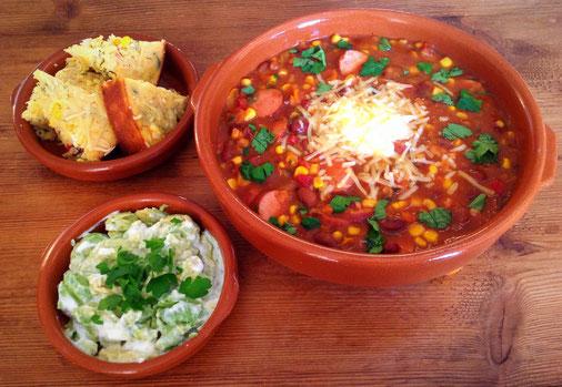 Mexicaanse bonensoep, daarbij maisbrood en guacamole.