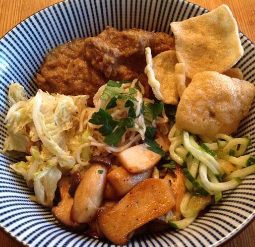 Kare domba uit de Instant Pot, met Chinese kool, eringi, atjar, noedels en kroepoek.