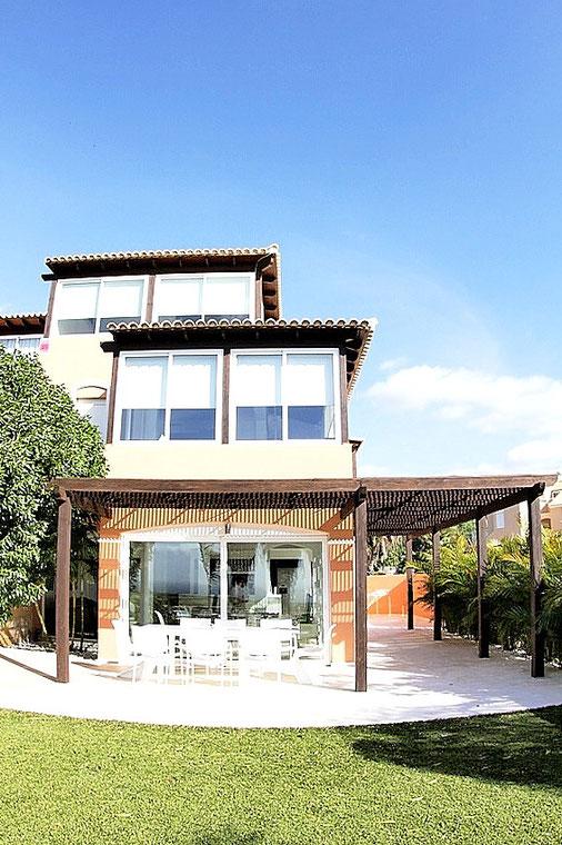 Ansicht der Villa vom Garten aus.