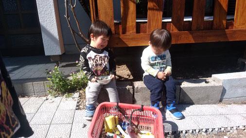 2人で外で遊ぶ写真