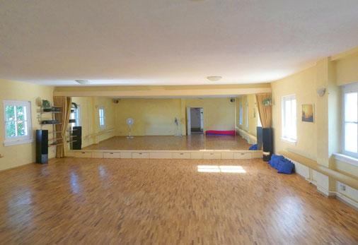 Der große Tanzraum mit Spiegelwand und Vorhang