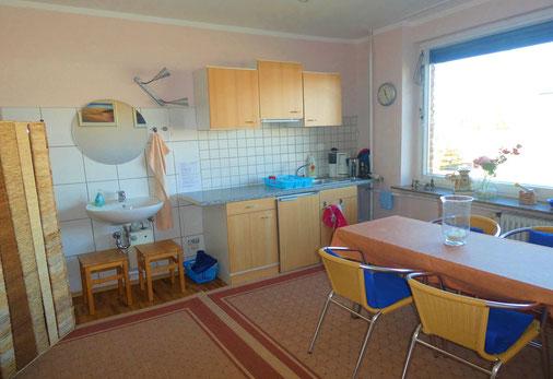 Küche mit Küchenzeile und Esstisch