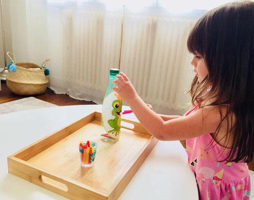 Livia très concentrée avec une activité Mam's Eléphant box merci à ta maman pour la photo !