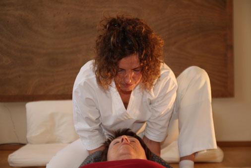 Monika Friederike Trautwein behandelt eine Klientin in Ihrer SHIATSU PRAXIS in Steinheim an der Murr