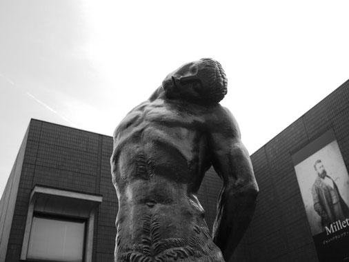 ブールデルのケンタウルス像がエントランスで出迎えてくれる