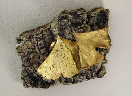 Sans titre. Feuilles de gingko dorées à l'or sur liège, 13 x 15 cm