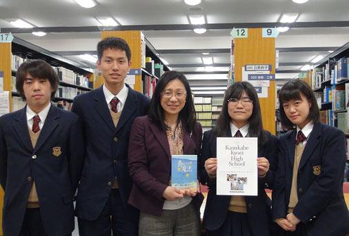 左から 北川紘己くん(2年)、箕輪隼人くん(2年)、青柳先生、木内愛さん(2年)、鈴木友香さん(2年)