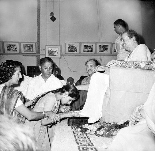 Guruprasad, Poona : Dr.Harry Kilmore ( seated ) Eruch Jessawala ( standing ) & the Maharani of Baroda ( far right ). Courtesy of the Sriramamoorthy Collection @ AMBCCPT, INDIA