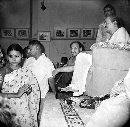 Guruprasad, Poona :  Dr.Harry Kilmore ( seated ) Eruch Jessawala ( standing ) & the Maharani of Baroda ( far right ).Courtesy of the Sriramamoorthy Collection @ AMBCCPT, INDIA