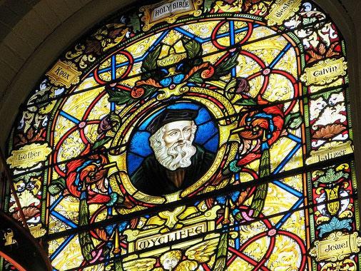A une époque où l'Eglise est très puissante et détient un pouvoir absolu sur les populations, John Wyclif  docteur en théologie et enseignant à Oxford en Angleterre, aboutit à la conclusion que seule la Bible constitue la référence, l'autorité suprême.