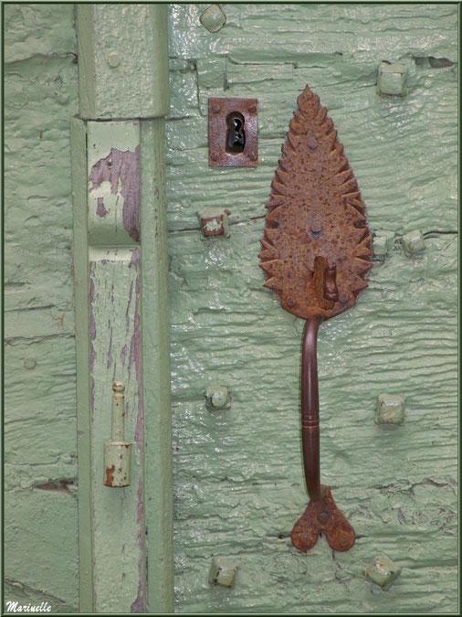 Détail poignée et serrure d'une porte ancienne au village d'Aas, Vallée d'Ossau (64)