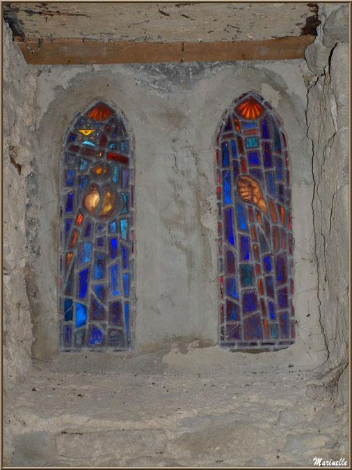 Duo de vitraux modernes évoquant les pèlerins de Saint Jacques de Compostelle dans la chapelle du hameau de Gabas, Vallée d'Ossau (64)
