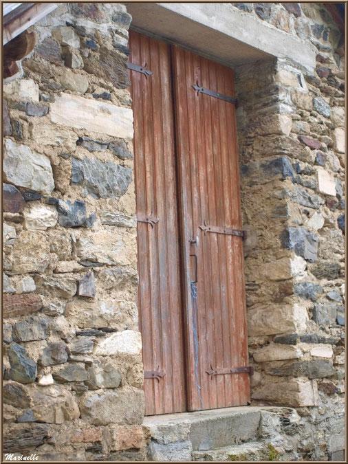Porte et vieilles pierres au village d'Aas, Vallée d'Ossau (64)