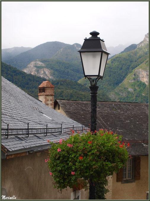 Maisons, toits, lampadaire fleuri et panorama sur les Pyrénées, village d'Aas, Vallée d'Ossau (64)