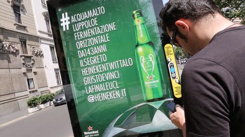 ハイネケンがミラノの街を「100文字のハッシュタグ」一色に?屋外広告のユニークな活用事例!