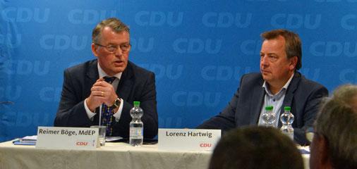 Der Europaabgeordnete Reimer Böge und Reinfelds CDU-Vorsitzender Lorenz Hartwig in der Diskussion.