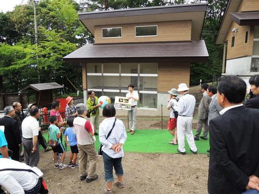 新ライチョウ舎の前で、見学者に説明する千葉さん