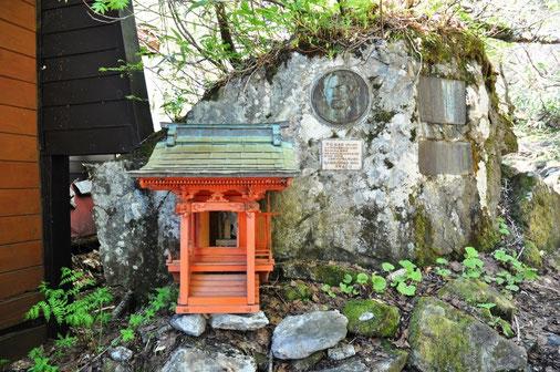大沢小屋にある慎太郎のレリーフと祠