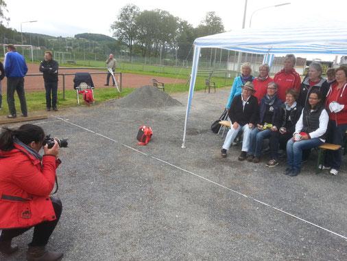 Astrid Fritzsche lichtet für die Leine -Deister-Zeitung die Teams mit  Alfelder Beteiligung ab.