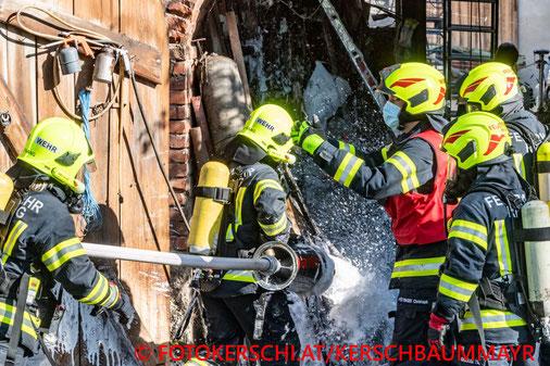 Feuerwehr; Blaulicht; Fotokerschi.at; Brand; landwirtschaftliches Objekt; Bezirk Vöcklabruck;