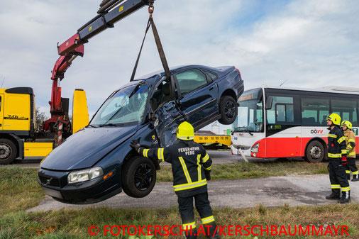 Feuerwehr; Blaulicht; Fotokerschi.at; Unfall; PKW; Bus; zwischen Perg und Naarn;