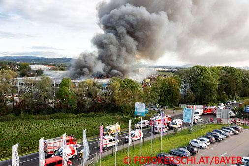 Feuerwehr; Blaulicht; Fotokerschi.at; Brand; Abfallunternehmen; Hörsching; Rauchwolke;