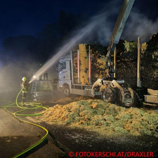 Feuerwehr, Blaulicht, Fotokerschi.at, Brand, LKW, Stroh