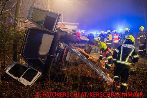 Feuerwehr; Blaulicht; Fotokerschi.at; PKW; Unfall; Pieberbach; Bäume; PKW auf Seite;