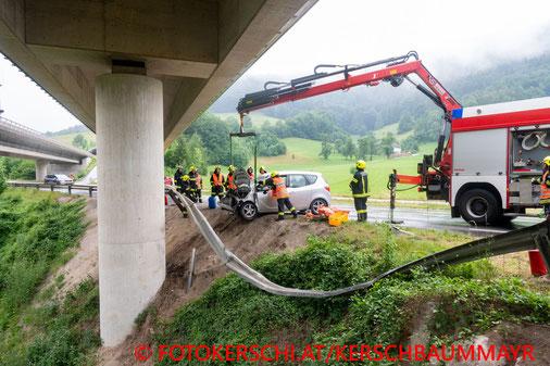Feuerwehr, Blaulicht, Fotokerschi.at, Unfall, PKW, Brückenpfeiler, B138