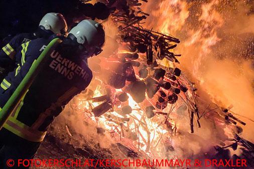 Feuerwehr; Blaulicht; Fotokerschi.at; Brand; Holzstoß; Enns;
