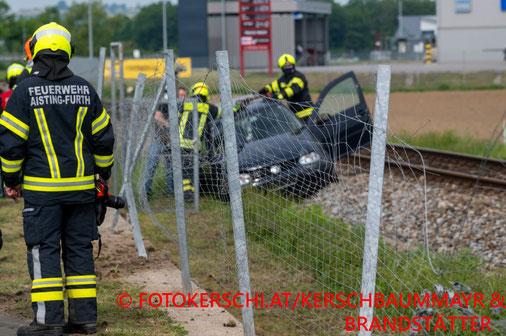 Feuerwehr; Blaulicht; Fotokerschi.at; Unfall; PKW; B3; Maschendrahtzaun; Gleise; Schienen;